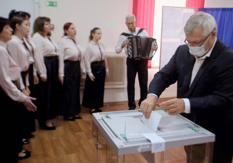 Губернатор Ростовской области Василий Голубев (справа) во время голосования на избирательном участке № 152 в поселке Водопадном