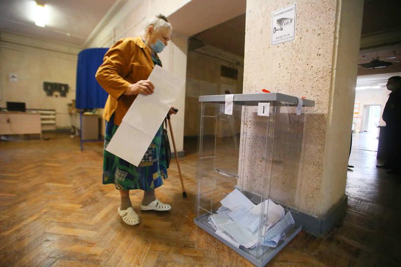 Ростов-на-Дону. Избиратель во время голосования в помещении Ростовского авиационного колледжа