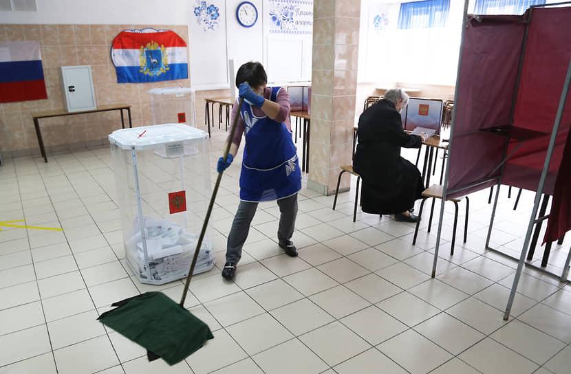 Самара. Избиратель во время голосования