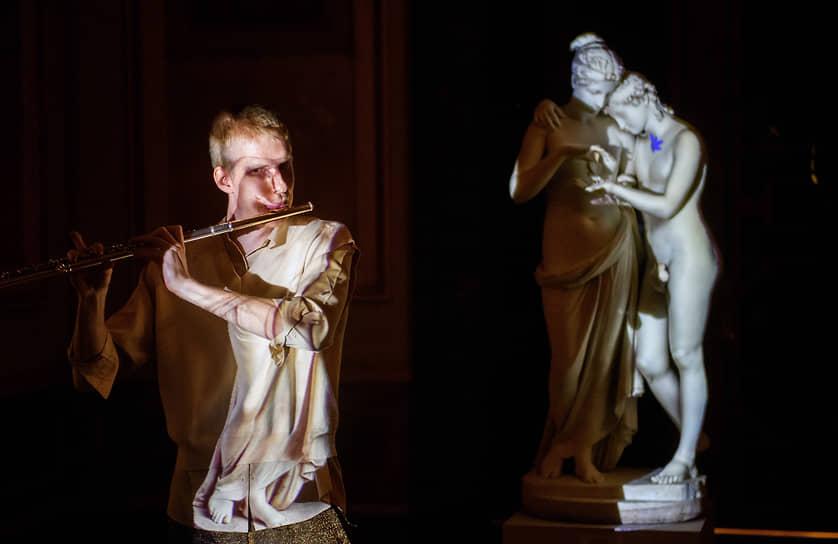 Санкт-Петербург. Музыкант Александр Петров во время перформанса «Сила любви» в Эрмитаже