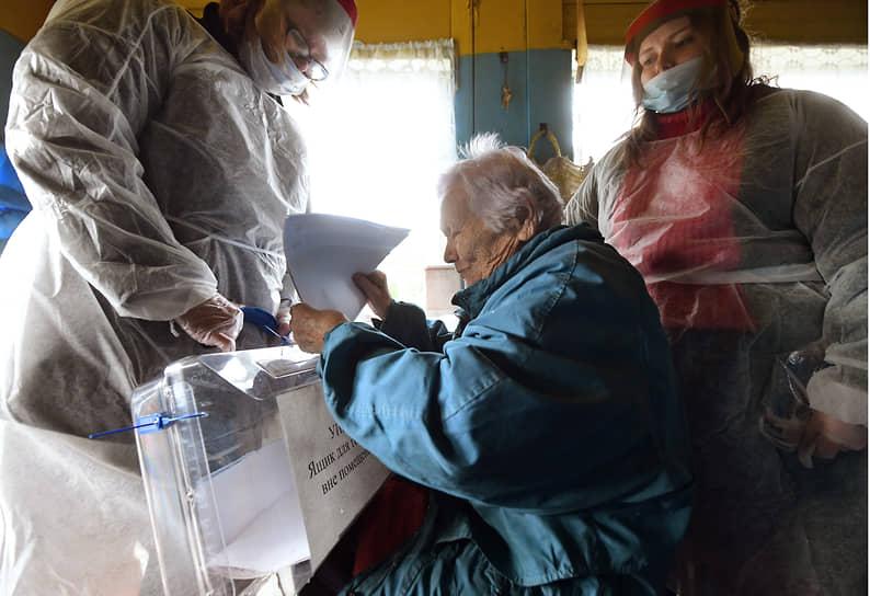 Село Шапки (Ленинградская область). Избиратели во время выездного голосования