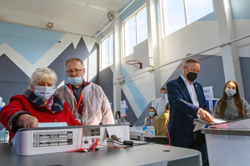Санкт-Петербург. Губернатор Александр Беглов (второй справа) во время голосования