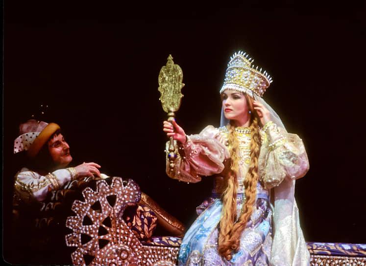 В 2000 году Анна Нетребко дебютировала в театре «Метрополитен-опера» в Нью-Йорке с партией Наташи Ростовой в постановке «Война и мире». Также на сцене этого театра исполняла партию Людмилы  в опере «Руслан и Людмила» (на фото)