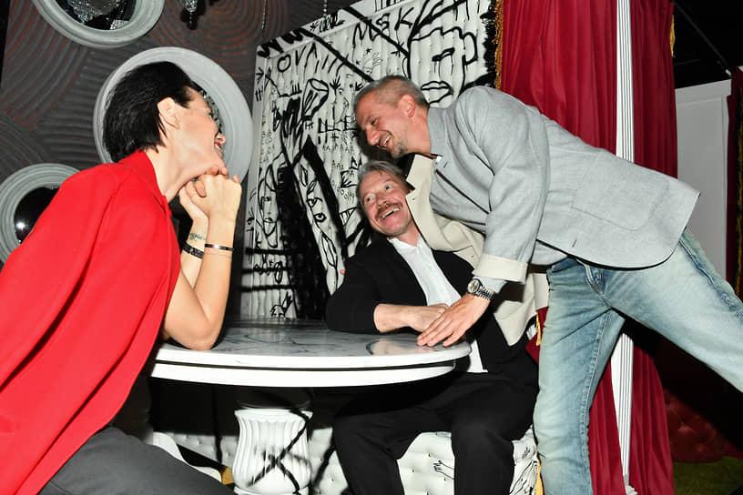 Слева направо: актеры Надежда Борисова, Алексей Кравченко и режиссер Константин Богомолов на вечеринке по случаю закрытия спектакля «Идеальный муж»