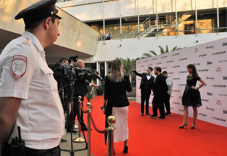 Гости кинофестиваля во время фотосессии