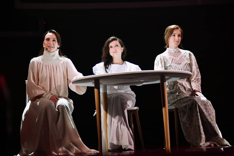 Слева направо: актрисы Дарья Екамасова, Алиса Хазанова и Анна Шепелева во время выступления