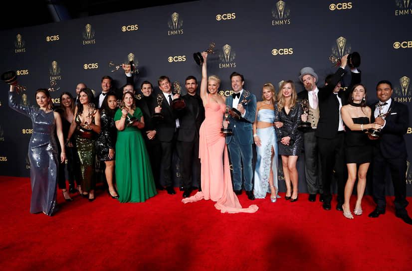 Команда «Теда Лассо» позирует с наградами за лучший комедийный сериал