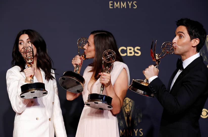 Слева направо: сценаристы сериала «Хитрости» Джен Стацки, Люсия Аньелло и Пол Даунс позируют с наградами
