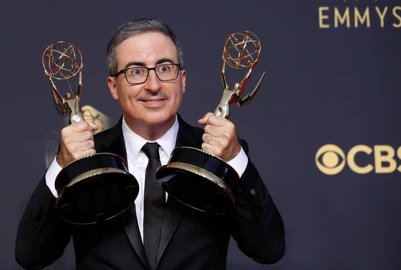 Комик Джон Оливер получил статуэтку как лучший сценарист ток-шоу