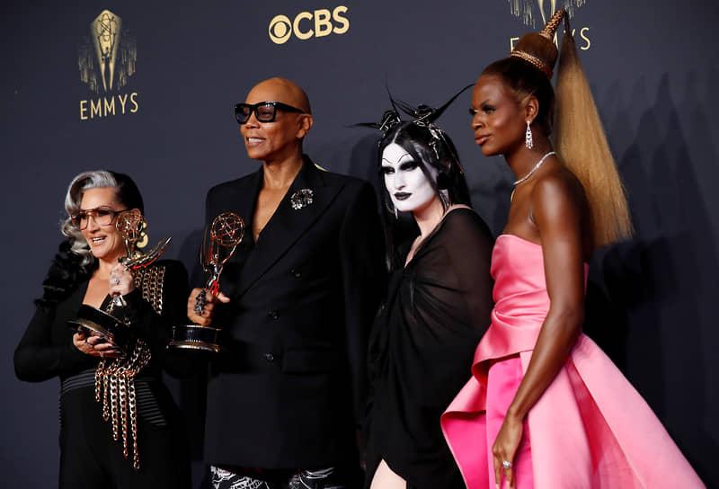 Ру Пол (второй слева) позирует с наградой в категории игровых шоу и шоу талантов («Королевские гонки Ру Пола»)