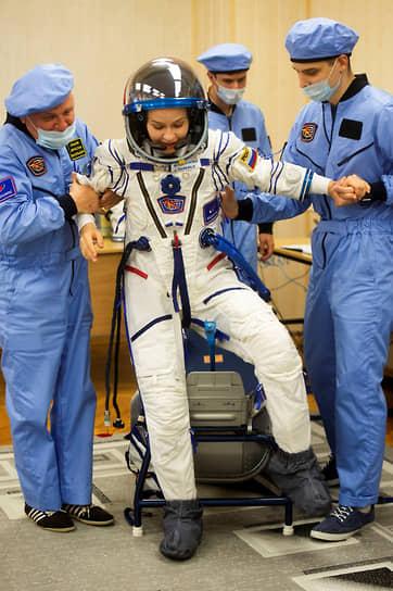 Байконур, Казахстан. Российская актриса Юлия Пересильд во время проверки скафандра перед экспедицией на МКС