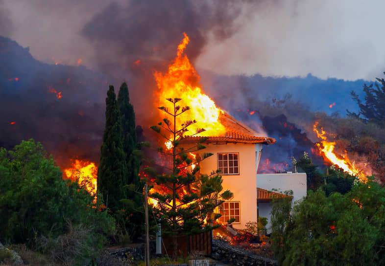 Лос-Льянос-де-Аридане, Испания. Дом, загоревшийся из-за извержения вулкана на Канарских островах