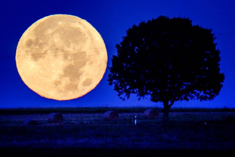 Верхайм, Германия. Вид на Луну
