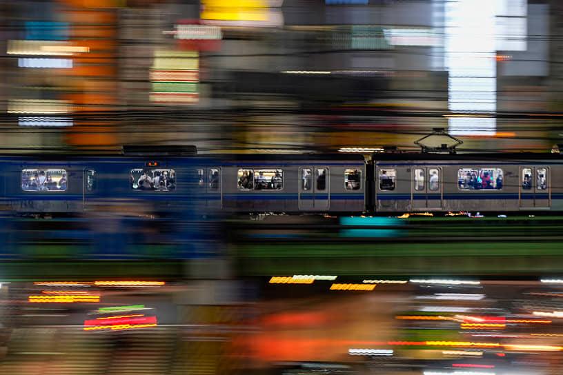 Токио, Япония. Люди едут в вагоне поезда