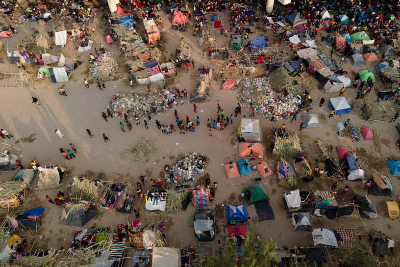 Дель-Рио, Техас, США. Лагерь для мигрантов у мексиканской границы