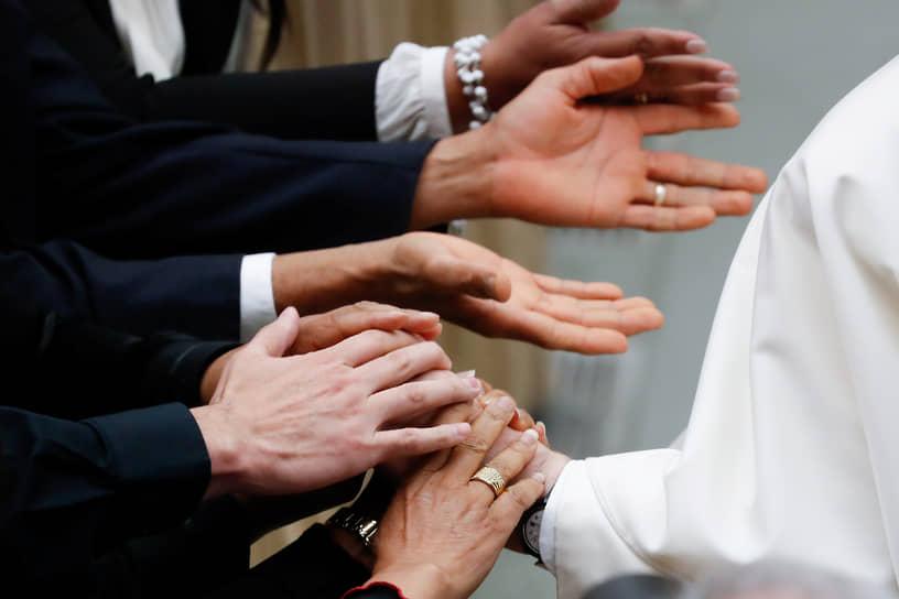 Ватикан. Папа римский Франциск (справа) во время аудиенции