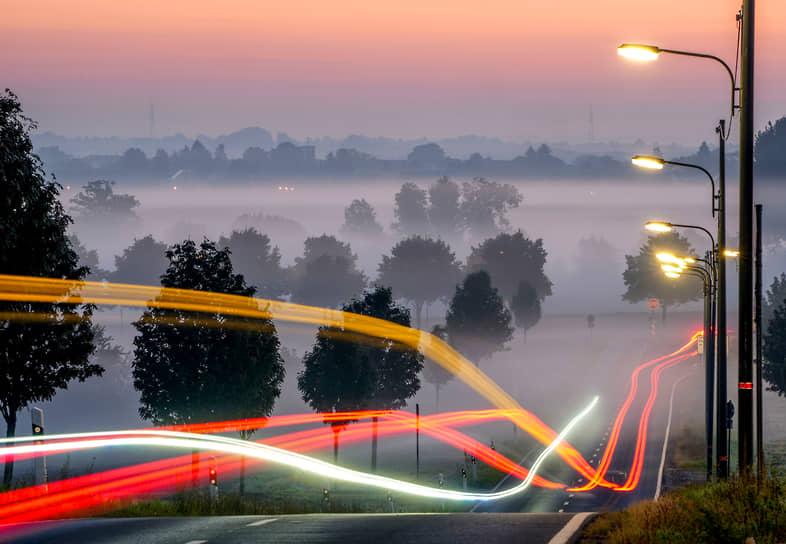 Франкфурт, Германия. Автомобили едут в тумане