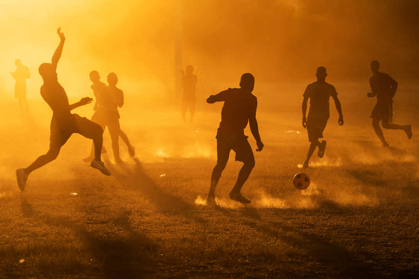 Сьюдад-Акунья, Мексика. Мигранты, которым не удалось попасть в США, играют в футбол рядом с границей