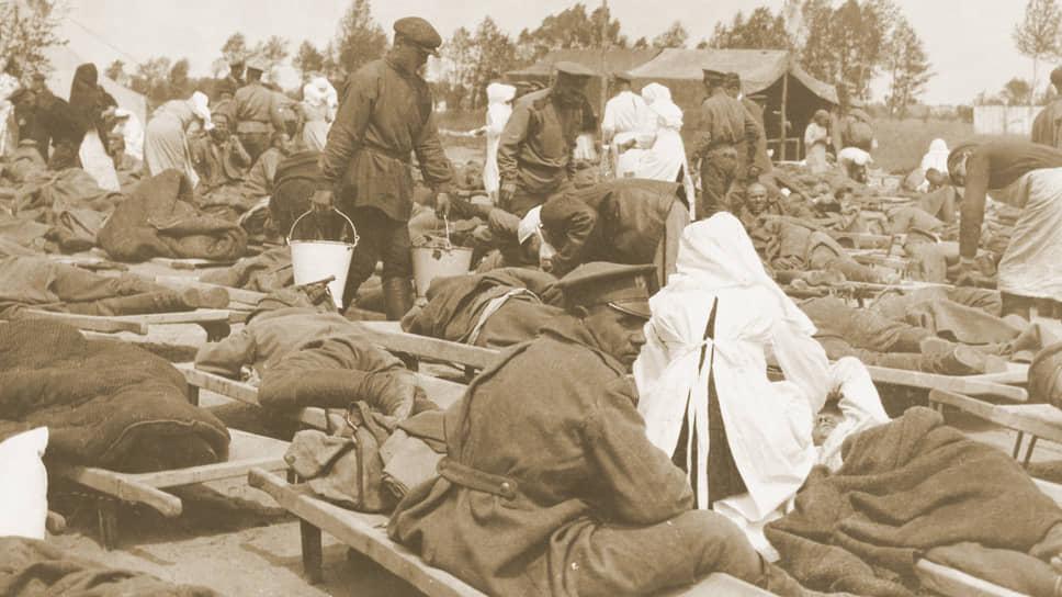 «Все, чему были свидетелями за время минувшей кампании,— только предварительные эксперименты, допускавшиеся в крайне ограниченном масштабе» (на фото — русские солдаты, отравленные германскими газами, 1915 год)