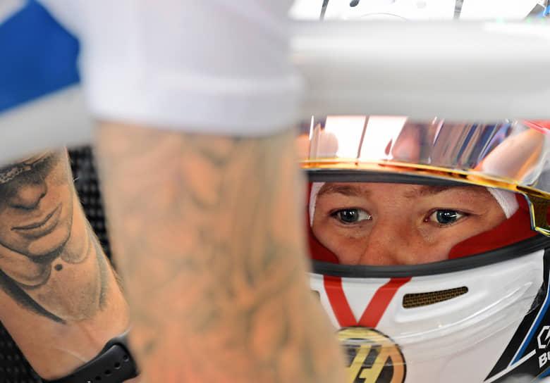Сочи, Россия. Гонщик Haas Никита Мазепин перед началом свободных заездов на российском этапе «Формулы-1»