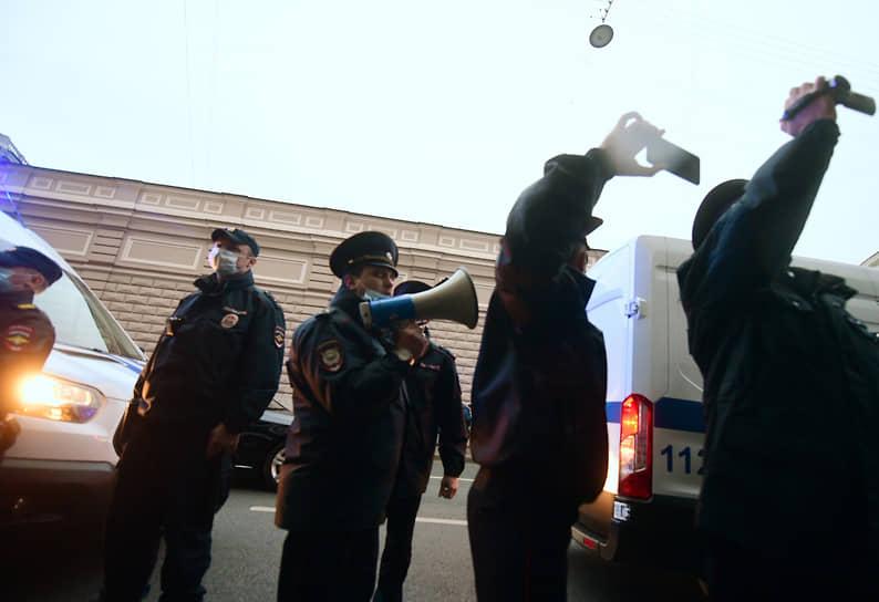 Санкт-Петербург, Россия. Сотрудники полиции возле здания Санкт-Петербургской избирательной комиссии