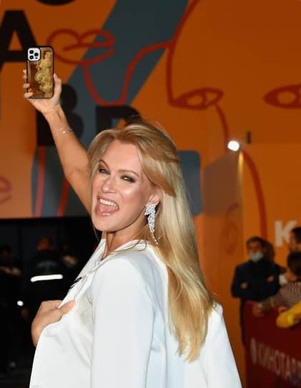 Актриса Олеся Судзиловская перед показом фильма «Купе номер 6» режиссера Юхо Куосманена на кинофестивале «Кинотавр»