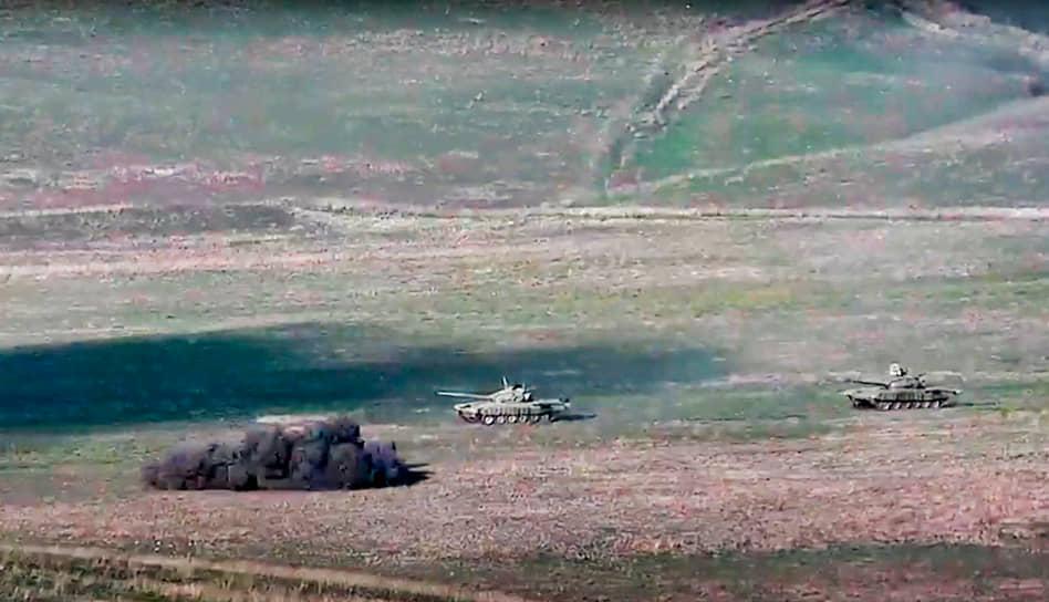 Конфликт обострился 27 сентября 2020 года, когда Баку заявил об обстреле позиций азербайджанской армии со стороны Армении <br>На фото: армянские ВС обстреливают танки Азербайджана