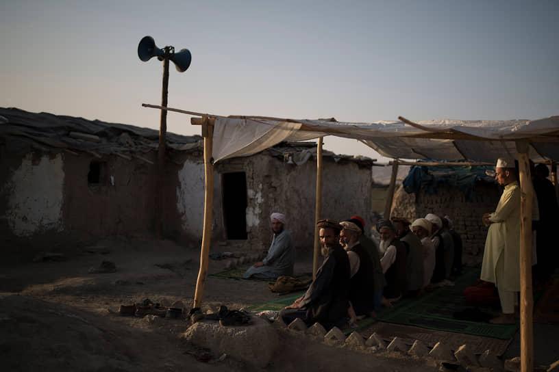 Кабул, Афганистан. Местные жители совершают намаз