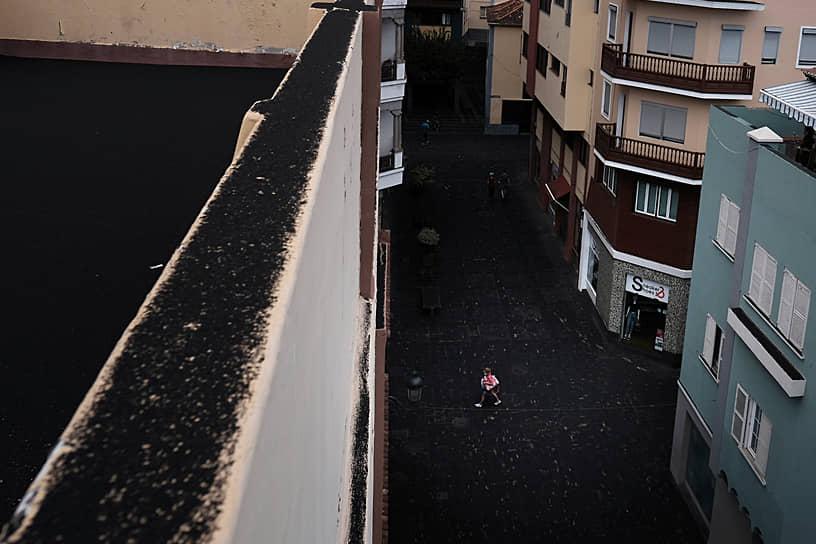 Санта-Крус-де-Ла-Пальма, Испания. Улица, покрытая пеплом из-за извержения вулкана