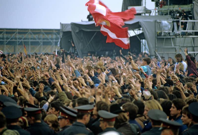 На концерте не было никаких ограничений по проносу любого алкоголя (в том числе в бутылках и канистрах), значительное количество зрителей его употребляли, поэтому мероприятие стали называть в народе «тушинское попоище»