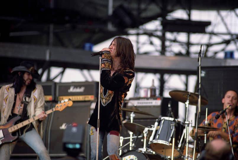 Группа The Black Crowes, как и AC/DC и Metallica, продолжает выступать и спустя 30 лет<br> На фото: солист The Black Crowes Крис Робинсон