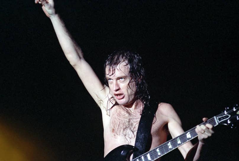Рок-фестивали из серии Monsters of Rock проходили в Европе с начала 1980-х. Московский концерт в 1991-м был завершающим в туре, длившемся полтора месяца, и стал рекордным за всю историю фестиваля <br>На фото: гитарист AC/DC Ангус Янг