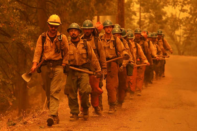 Шугарлоф, Калифорния, США. Пожарные за работой