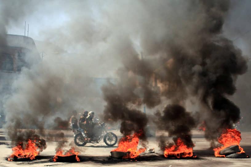 Тайс, Йемен. Горящие покрышки на акции протеста