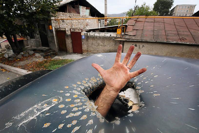 В результате развернулись полномасштабные бои, стороны применили артиллерию, танки и авиацию<br> На фото: столица непризнанной Нагорно-Карабахской республики Степанакерт после обстрела
