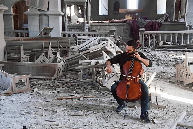 Бельгийский виолончелист армянского происхождения Севак Аванесян дал короткий концерт в соборе Святого Христа Всеспасителя в городе Шуша. Собор был дважды обстрелян 8 октября