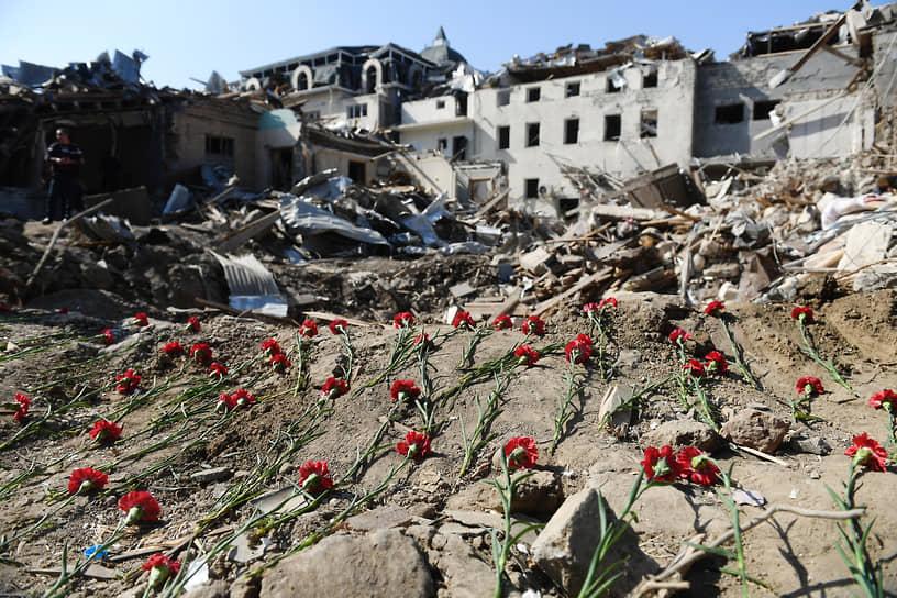 Цветы на месте гибели погибших в результате обстрела города Гянджа