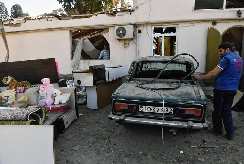 Разрушенные дома в результате обстрела города Гянджа