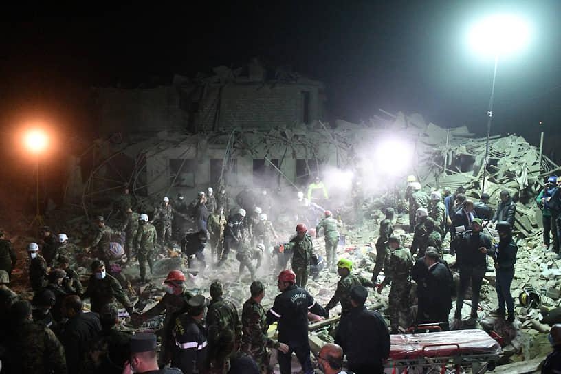Сотрудники МЧС Азербайджана на месте разбора завалов жилого дома в городе Гянджа