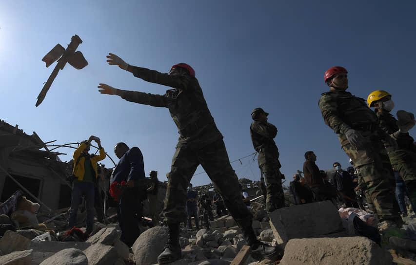 Спасатели во время работ в городе Гянджа