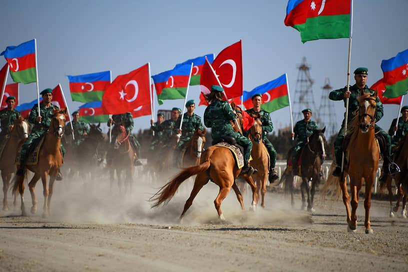Всадники с флагами Азербайджана и Турции на ипподроме в Баку