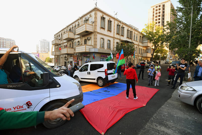 9 ноября азербайджанские ВС взяли второй по величине город Нагорного Карабаха Шуша  <br>На фото: флаг Армении на проезжей части в Баку