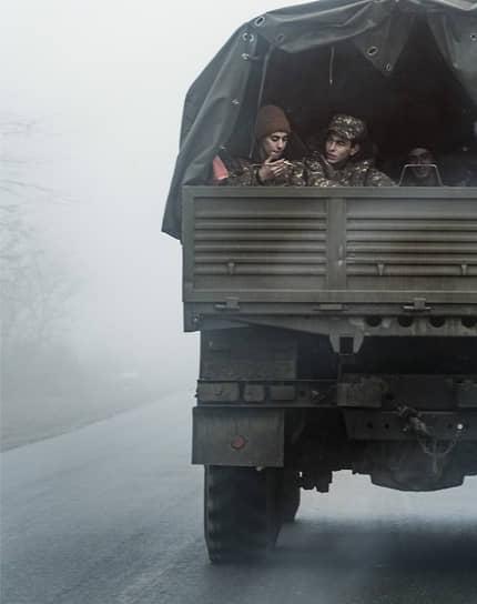 Военнослужащие в кузове грузового автомобиля