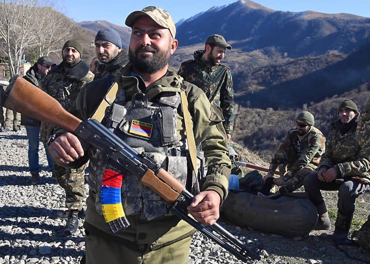 На фото: армянские военнослужащие покидают Кельбаджарский район, который согласно договоренностям был передан Азербайджану