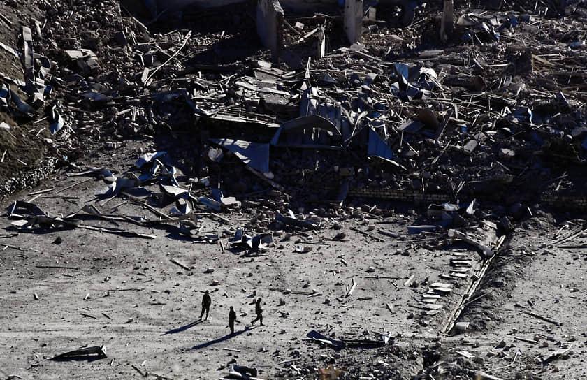 Президент Азербайджана Ильхам Алиев заявил, что Армения капитулировала, подписав соглашение о прекращении военных действий в Карабахе, а Баку достиг всех целей в ходе войны <br>На фото: разрушенные здания воинской части в Нагорном Карабахе