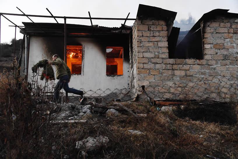 Президент Нагорного Карабаха Араик Арутюнян заявил, что если бы боевые действия продолжились, был бы «потерян весь Карабах» <br>На фото: горящий дом в Нагорном Карабахе