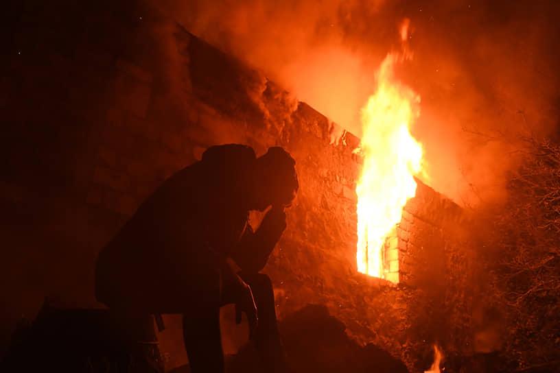 Беженцы из Нагорного Карабаха сжигают свои дома перед отъездом