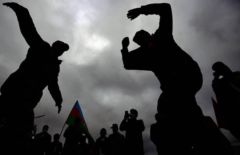 Азербайджанские военнослужащие во время празднования