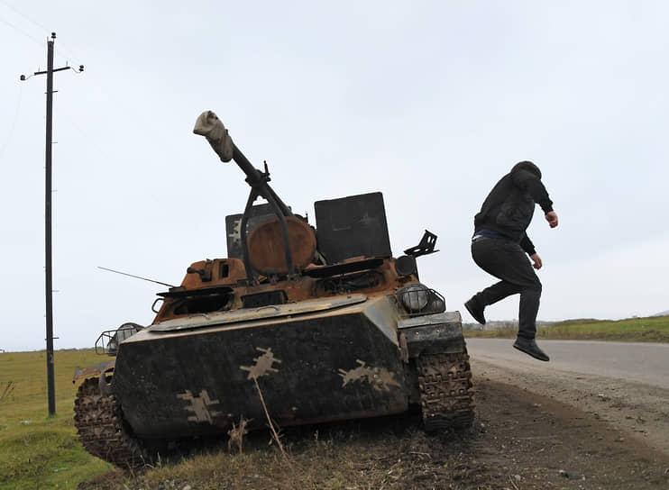 В Армении мирное соглашение было воспринято многими как капитуляция <br>На фото: разбитая военная техника в окрестностях города Физули