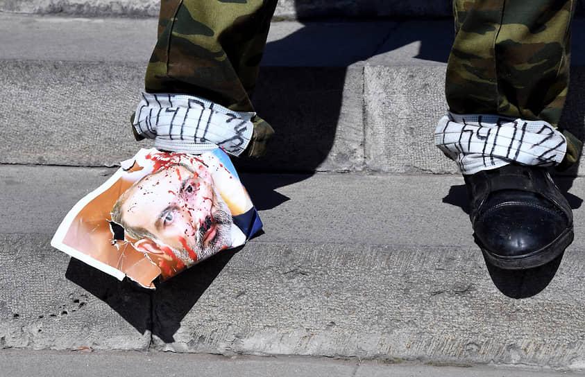 Несмотря на многочисленные акции протеста против премьера Армении Никола Пашиняна, его партии удалось победить на досрочных парламентских выборах 20 июня 2021 года <br>На фото: митинг армянской оппозиции у здания парламента в Ереване